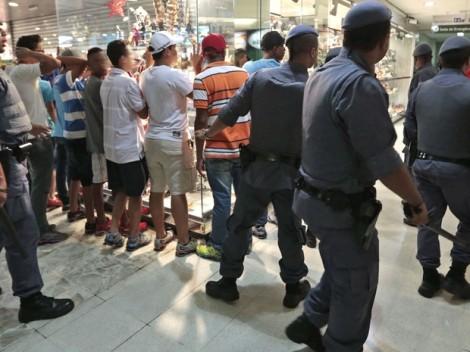 Jovens revistados pela Polícia em rolezinho no ano passado