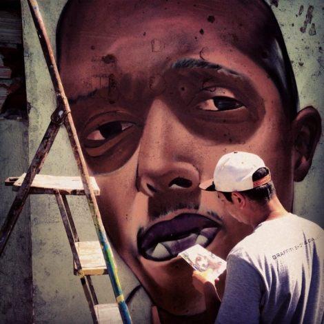 Sipros em São Mateus grafitando seu parceiro Negotinho, coordenador do São Mateus em Movimento (Foto: João Miranda)
