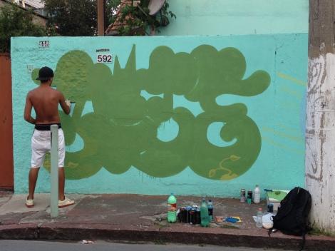 Jozé iniciando o seu desenho – fazendo a 'máscara' da assinatura e perfil de um personagem (Foto: Theo Chacon)