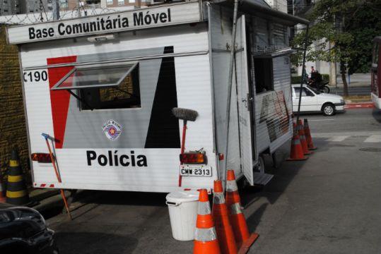 base móvel que é fixa na porta da favela
