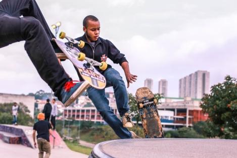 Atletas na pista de skate do CEU Butantã. (Foto: Greta Rodrigues)